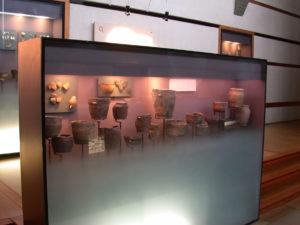 Salle Bougon Grande vitrine céramiques